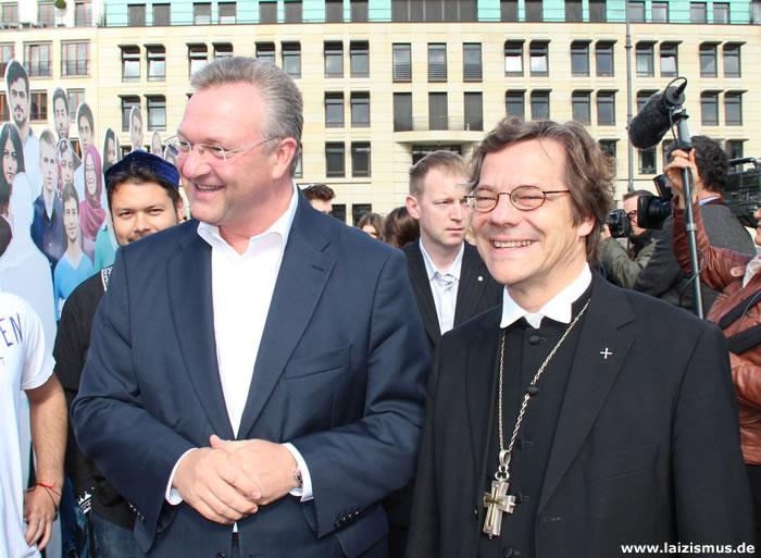 Berlins Innensenator Frank Henkel und Bischof Markus Dröge freuen sich